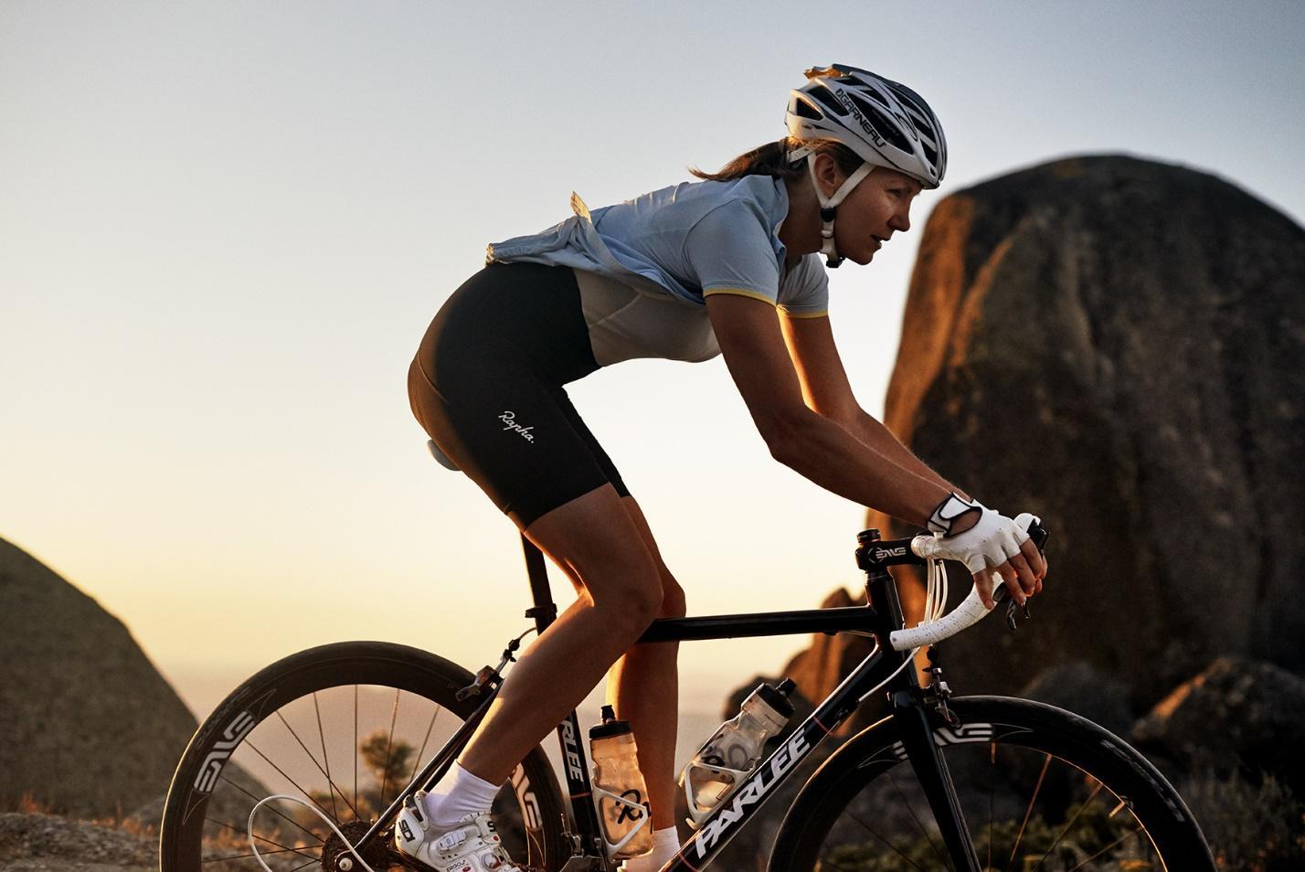 девушка на шоссейном велосипеде