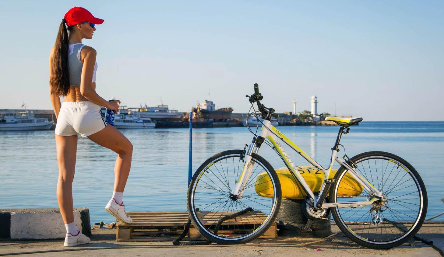 Спортивная девушка на велопрогулке