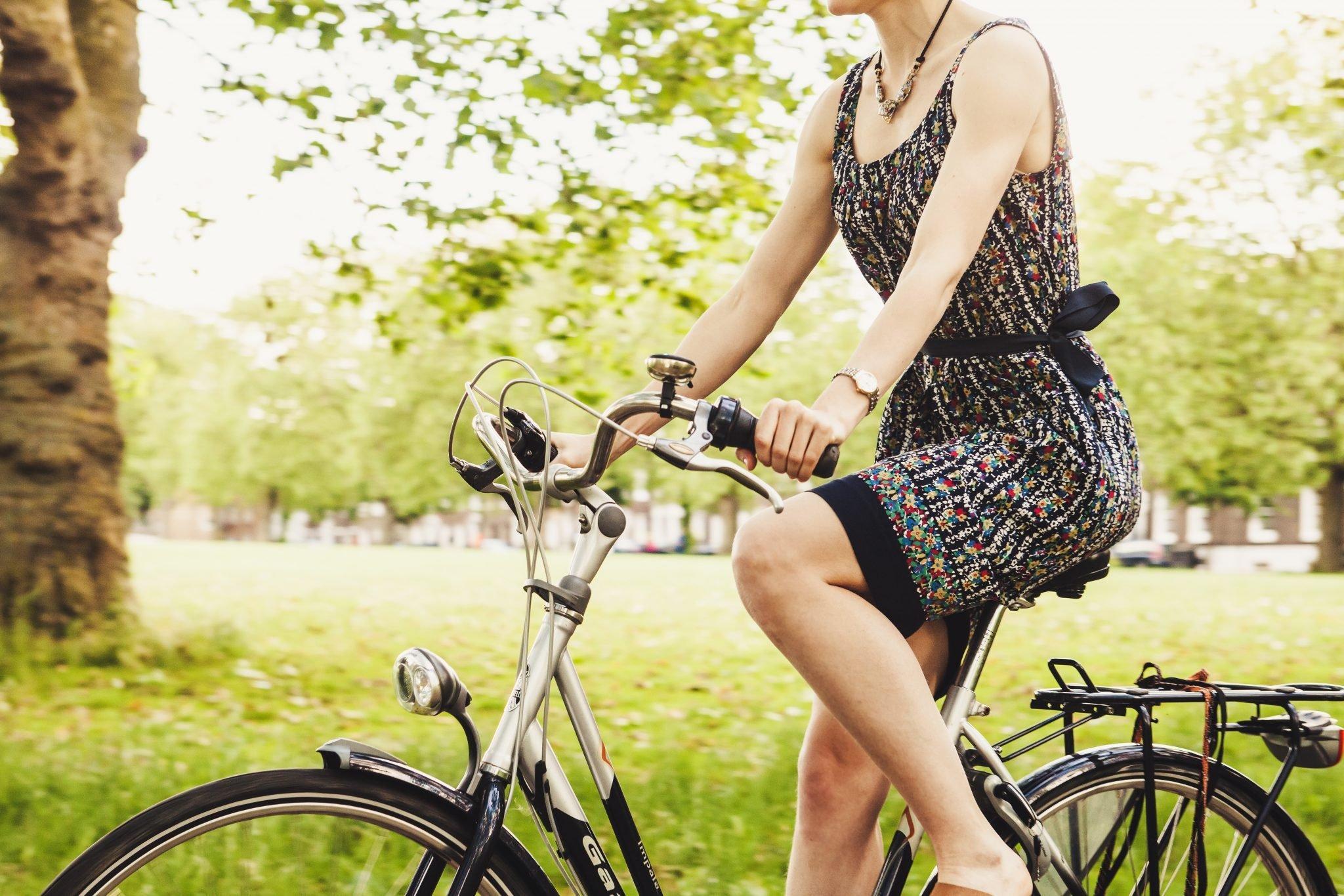 Девушка на велосипеде в сарафане