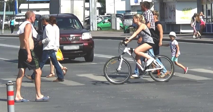 переход дороги на велосипеде
